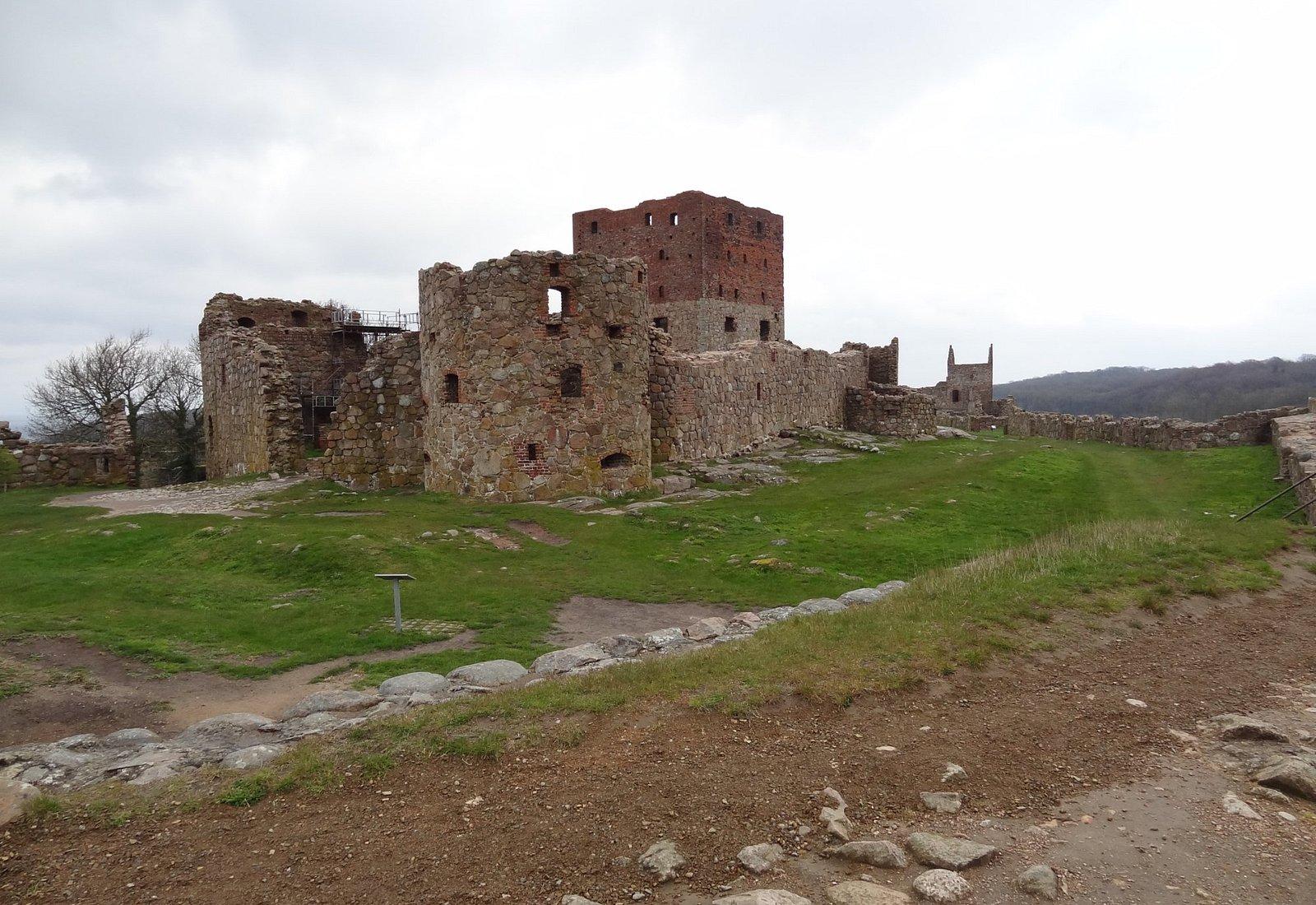 Hammershus som er Nordeuropas største borgruin ligger på en stor klippeknold små 80 meter over h