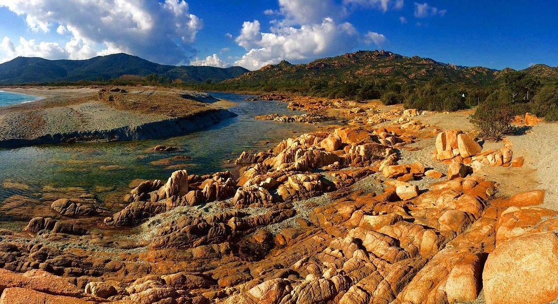 Le Rocce colorate e una piccola insenatura della spiaggia