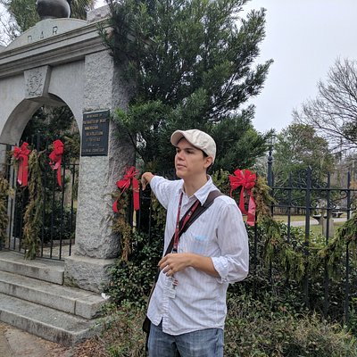 Daniel packs alot of information about Savannah in the tour.