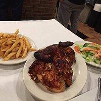 Pollo arrosto con patatine ed insalata mista