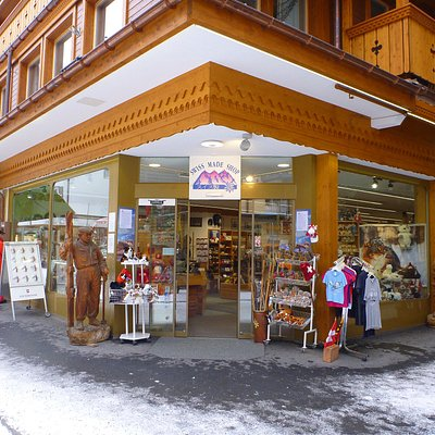 Магазин швейцарских суверниров Swiss Made Shop в Венгене (6).
