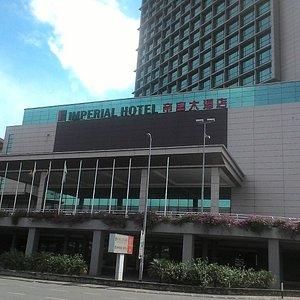 Hotel ini terletak di samping mall Boulevard