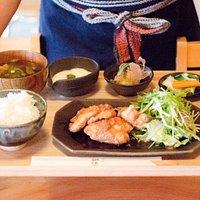 人気の唐揚げ定食です。お米はもちろん、お味噌も信楽産(大豆も信楽産)。できるだけ地元の食材を使って料理することを心がけています。