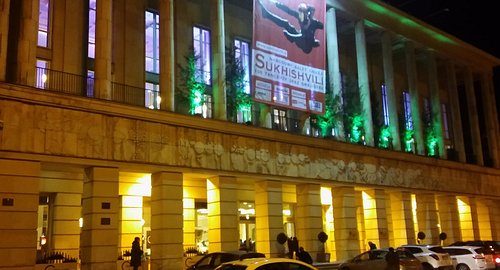 Oświetlony, czekający na Sylwestrowych gości Teatr Wielki