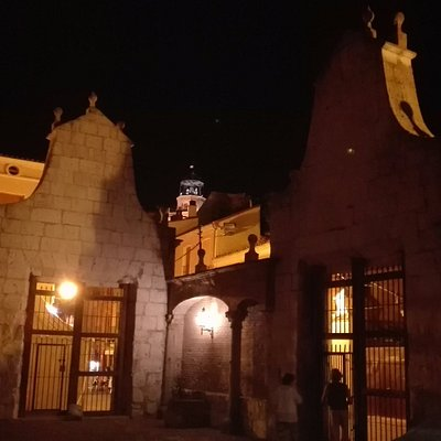 Al fondo la torre de la Colegiata desde el interior del Patio del Palacio del Almirante.