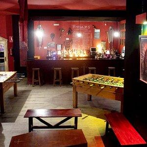Interior: Futbolines, carta de cervezas y chupitos, etc.