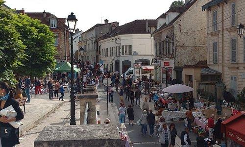 A dos tres cuadras del Hotel llegas a Bougival. Otra vista de la calle.
