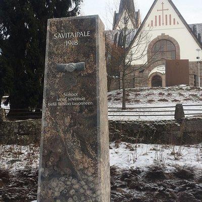 Памятная стела у подножья церковного холма