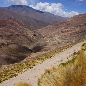 road winding downwards towards Cachi