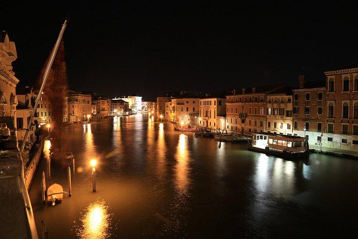 Immagine notturna del Canal Grande verso Rialto
