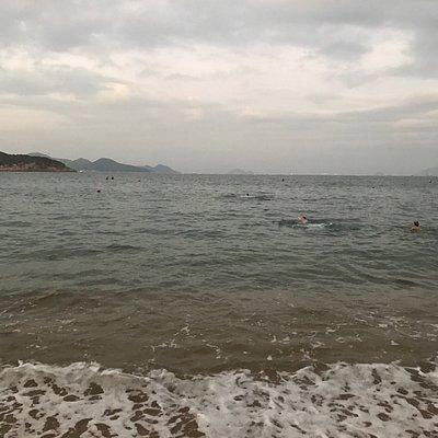 Очень красивый пляж с прекрасным видом на город! Несмотря на прохладную погоду, мы купались, вод