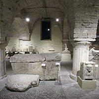 Colonne, sarcofaghi e iscrizioni
