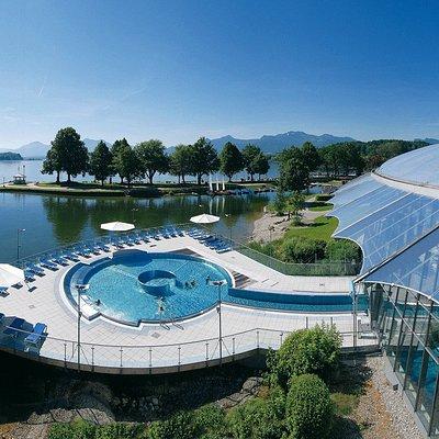 tolles Außenbecken mit Blick auf Berge, See und Schloß Herrenchiemsee