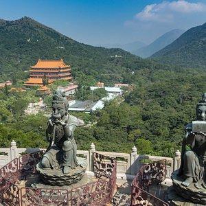 Göttinen bringen dem Buddha Opfergaben dar.