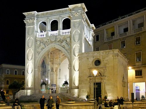 Vista notturna del Sedile con la chiesetta di san Marco