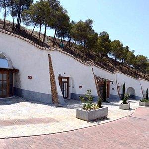 Fachada del Museo Taller Trópolis, construido en cueva.