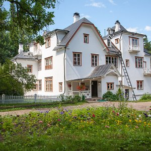 Большой дом, построенный на вершине холма над Окой в 1892 году.