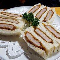돈까스 샌드위치가 일품이다. 부드러운 식빵과 두툼함 고기 적당한 소스가 아주 잘 어울린다. 돈까스는 맛있는 집이 많지만 돈까스 샌드위치를 파는 곳도 이렇게 맛있는 집도 없다