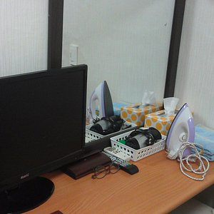 Dilengkapi fasilitas seperti TV, setrika, sisir, hairdryer, tisue, handuk dll