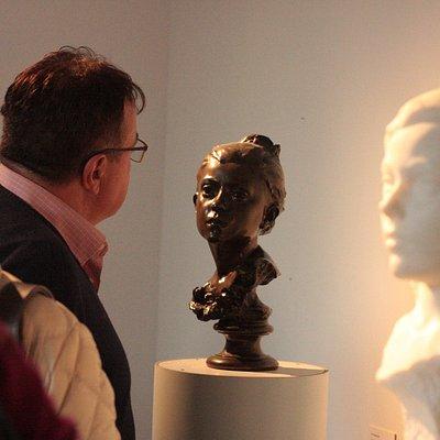 """Visite en salle des portraits, """"Jeune enfant"""" et """"Le printemps"""", par Jules Desbois"""