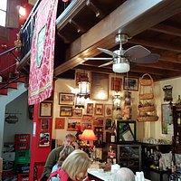La sala bar con la scala che porta al ristorante