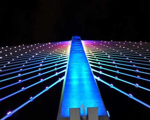 Las luces del puente le dan un toque ideal