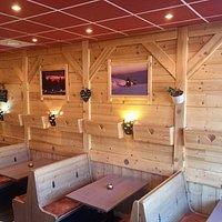 jolie salle de restaurant en bois
