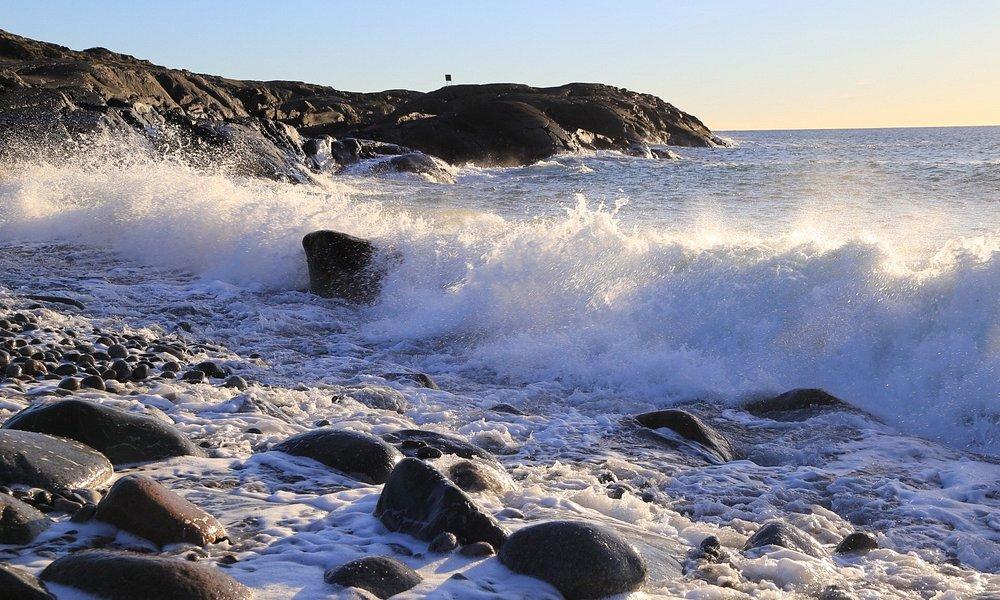 Mølen er ekstra spennende undser og etter uvær, med bølgene som bryter inn over land.