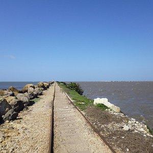 El rio y el mar en Bocas de Ceniza separados por el tajamar