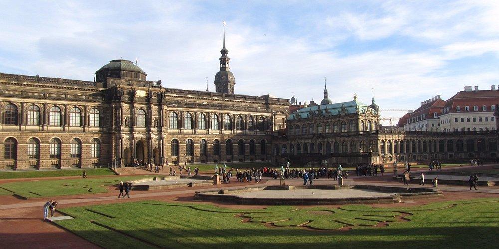 здание, в котором расположена галерея старых мастеров, математический музей и музей фарфора
