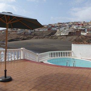 Terraza de una casa residencial, con piscina.