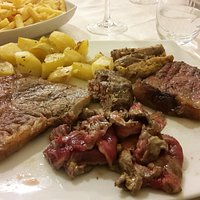 Misto di carne con patate arrosto e fritte