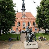 Fasada ratusza, na pierwszym planie pomnik Jana Heweliusza.