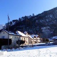 place de la mairie de Duingt ,accès par le vieux village a 300 m de la mairie