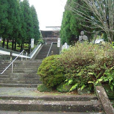 山門へ続く階段とヨーロッパ人のような像