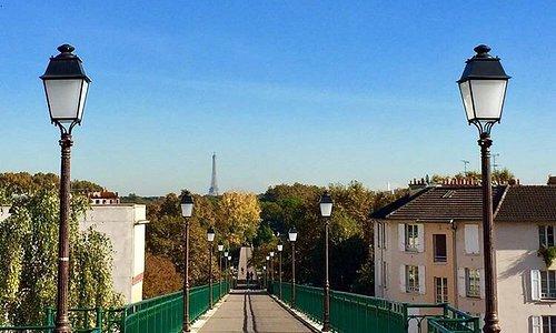 Lieu parfait, pour se promener, courir ou simplement admirer la Tour Eiffel... Ce pont relie le
