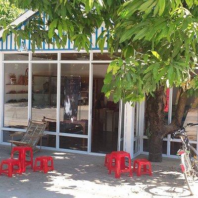 Ladenansicht  - gegenüber Amata Hotel - im Mai ist der Baum voller Mangos!