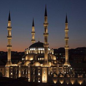 Işıklandırma ödülü alan Nur Caminin, gece vakti dıştan şahane görüntüsü
