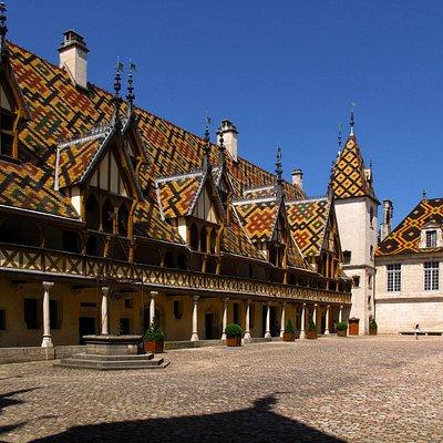L'Hôtel Dieu - Courtyard and rooftop spires