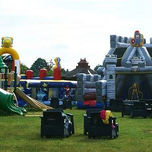 W strefie rozrywki: place zabaw oraz zamki dmuchane.