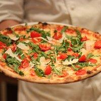 pizza integrale pomodorini grana e rucola