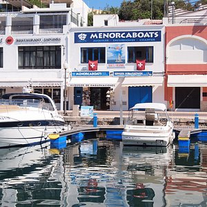 Nos encontrarás en el puerto antiguo de Ciutadella, dirección Passeig Moll nº 78.