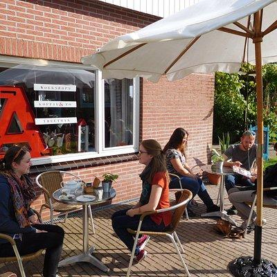 Kopje koffie of thee drinken in de theetuin van Kleine-Lijn, Blije