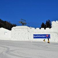 Snehový hrad dolu pri lanovke