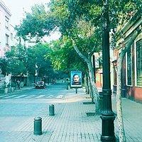 Rua calma durante a manhã.