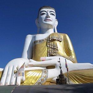 """Sehtatgyi """"ten story"""" Buddha"""