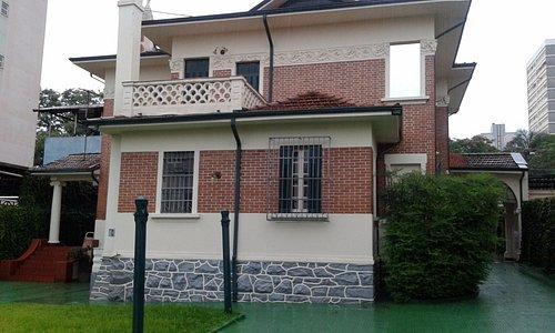 vista da fachada interna da casa com a varanda dos quartos