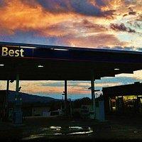Flott bensinstasjon med gatekjøkken