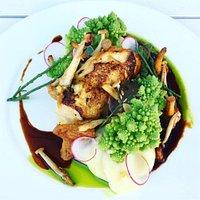 Kurczak kukurydziany w sosie demi z kalafiorem romanesco, puree ziemniaczanym, grzybami i oliwką