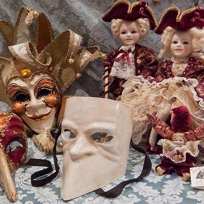 Lavoratorio Artigianale di Maschere in cartapesta, Bambole in porcellana e Costumi d'epoca.